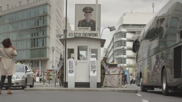 checkpoint charlie berlin - blocco stradale video stock e b–roll