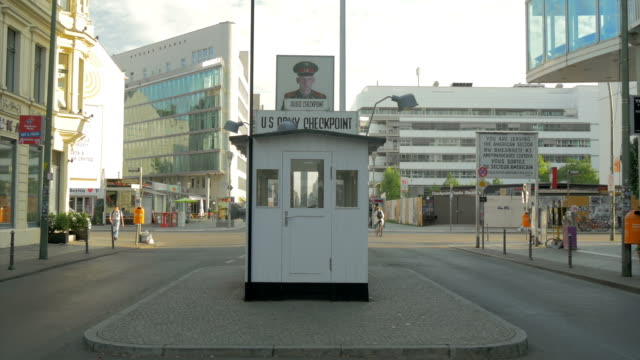 checkpoint charlie,berlin,ms, - blocco stradale video stock e b–roll
