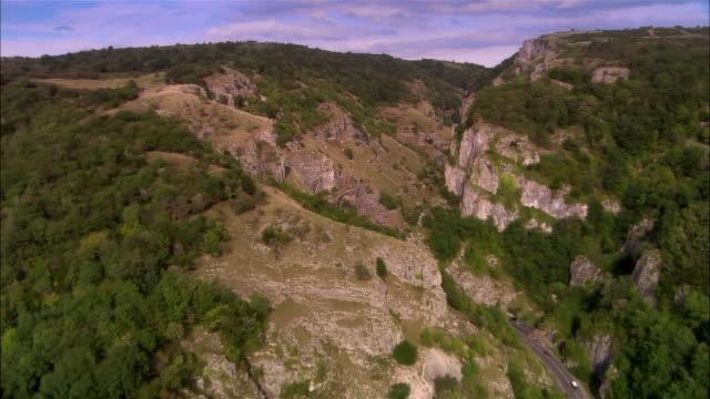 vídeos de stock e filmes b-roll de aerial, cheddar gorge, cheddar, somerset, england - cidade pequena