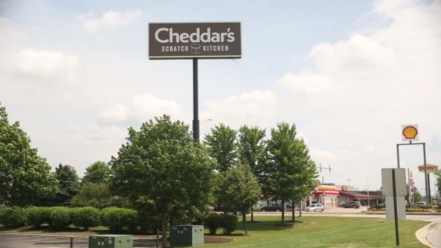 cheddar's scratch kitchen, operated by darden restaurants, inc. sign stands in bolingbrook, illinois, on thursday, june 26, 2017. shots: wide shot of... - チェダー点の映像素材/bロール