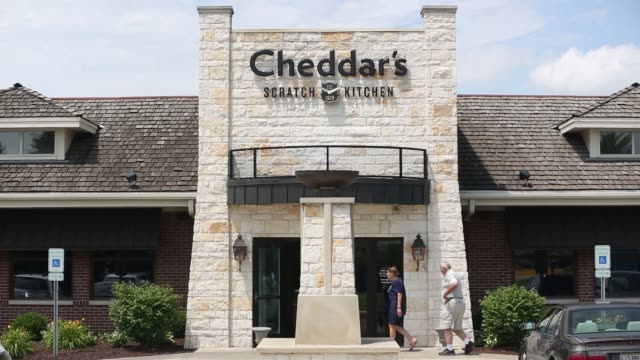 cheddar's scratch kitchen, operated by darden restaurants, inc. stands in bolingbrook, illinois, on thursday, june 26, 2017. shots: full shot of... - チェダー点の映像素材/bロール