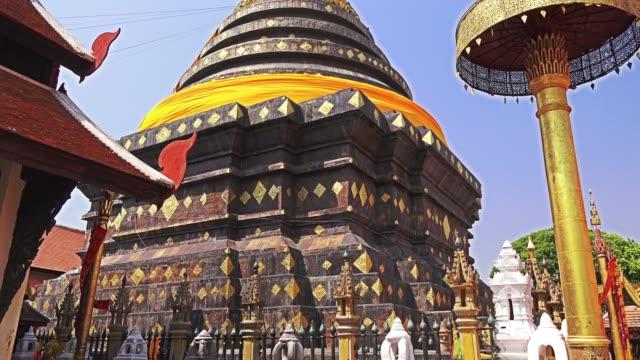 vidéos et rushes de stûpa de wat phra that lampang luang, en thaïlande - pagode