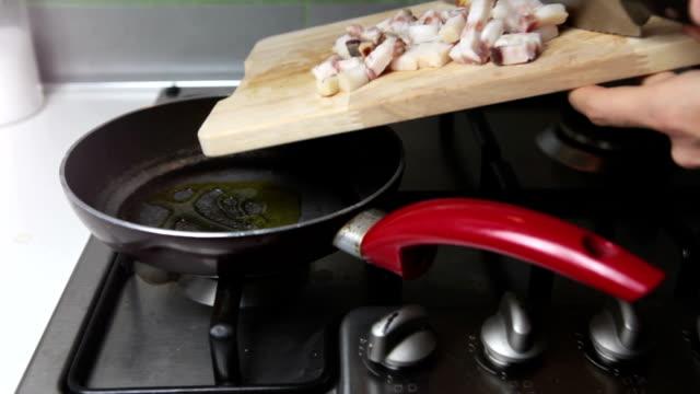 vídeos de stock, filmes e b-roll de bochecha lard preparação de massa amatriciana - comida salgada