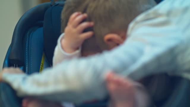 彼女の兄と一緒に遊んで元気な赤ちゃん - 余暇点の映像素材/bロール