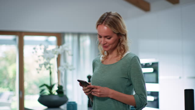 fröhliche schöne blonde frau mit handy - mobiles gerät stock-videos und b-roll-filmmaterial