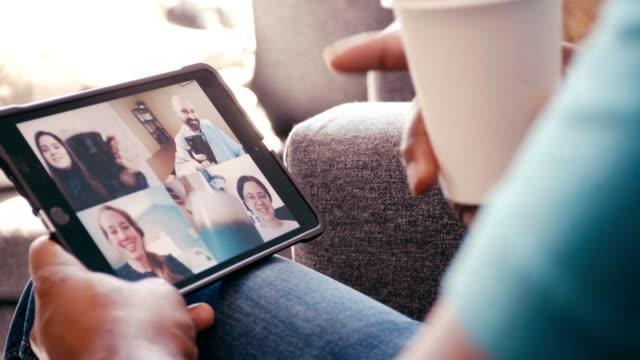 vídeos y material grabado en eventos de stock de los empresarios alegres brindan con tazas de café después de una exitosa reunión virtual - compañero de trabajo