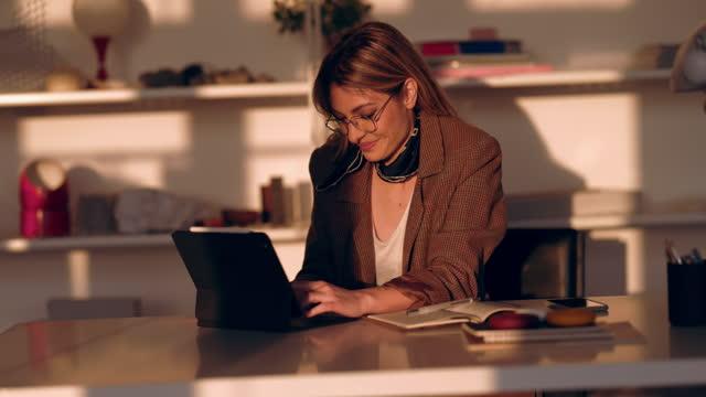 vídeos y material grabado en eventos de stock de empresaria alegre usando tableta digital - estudio habitación