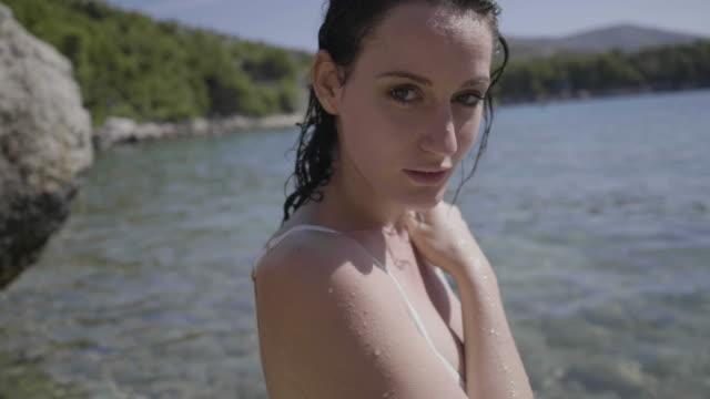 vídeos y material grabado en eventos de stock de cheerful caucasian model on hvar beach, close up - cultura croata