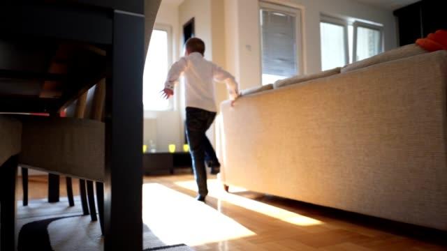 vídeos de stock e filmes b-roll de cheerful child running through the apartment - tédio