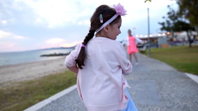 vídeos y material grabado en eventos de stock de niño alegre corriendo hacia su madre - brazos estirados