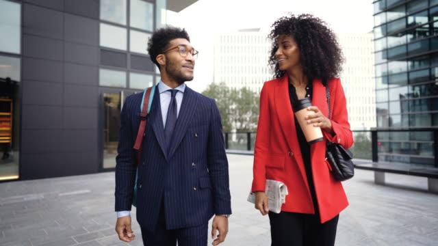 仕事の後におしゃべりする陽気な同僚 - よそいきの服点の映像素材/bロール