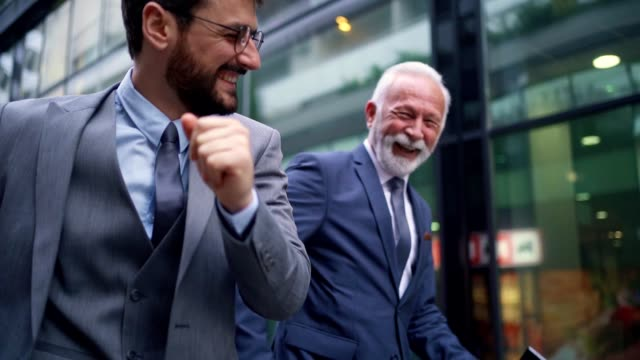 vidéos et rushes de collègues joyeux dansant après avoir entendu de bonnes nouvelles du travail - collègue