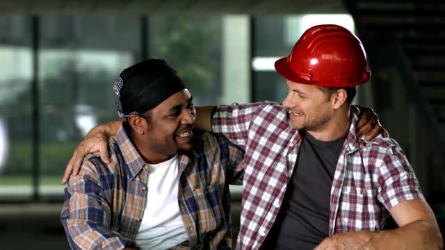 vídeos de stock e filmes b-roll de hd: alegre trabalhadores de construção com uma pausa - trabalhador da construção civil