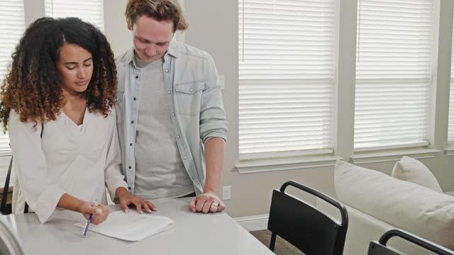 陽気なカップルは、最初の家を購入します - 証書点の映像素材/bロール