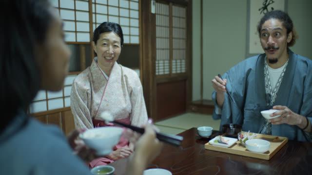 stockvideo's en b-roll-footage met vrolijke paar eten in ryokan - ryokan