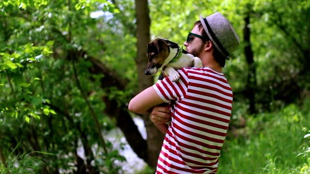 vidéos et rushes de joyeux homme à poils foncés stylisé un jack russell terrier pour chien - terrier jack russell