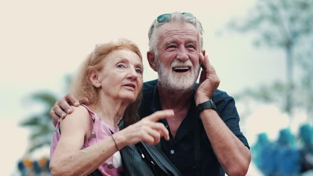 vidéos et rushes de joyeux couple de personnes âgées au parc d'attractions - jeune d'esprit