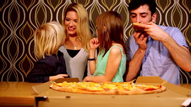 vídeos y material grabado en eventos de stock de alegre familly con pizza - doughter