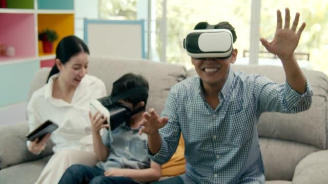 自宅でvrメガネと交流する陽気な家族 - 大家族点の映像素材/bロール