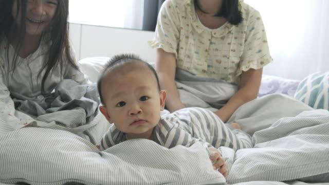 ベッドの上に横たわる陽気な家族 - 触る点の映像素材/bロール