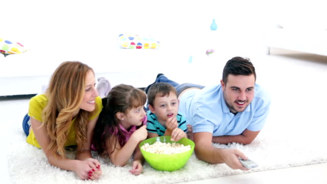 HD: Família animada assistir TV juntos.