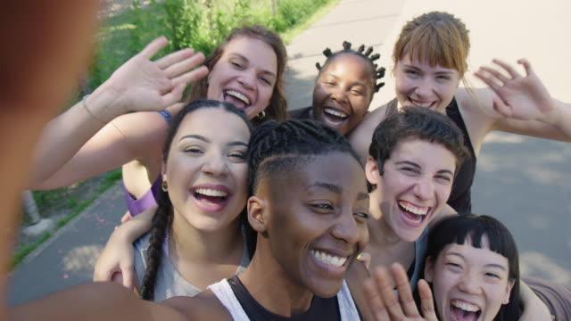 vídeos de stock, filmes e b-roll de jogadores de basquetebol fêmeas alegres que tomam o selfie - amizade feminina