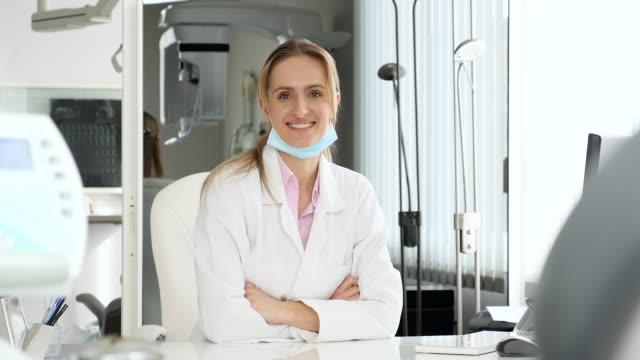 vídeos de stock, filmes e b-roll de médico feminino alegre no escritório - enfermeira pediátrica