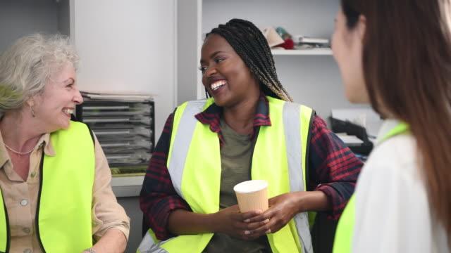 glada väninnor chattar i office på fika - het dryck bildbanksvideor och videomaterial från bakom kulisserna