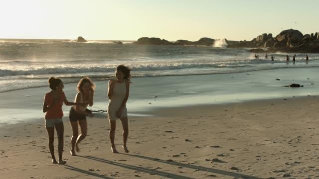 cheerful female friends running at beach - 14歳から15歳点の映像素材/bロール