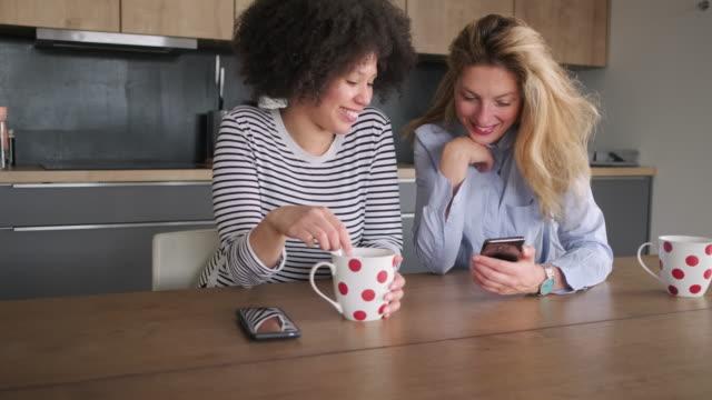 fröhliche freundinnen im gespräch am esstisch - esstisch stock-videos und b-roll-filmmaterial
