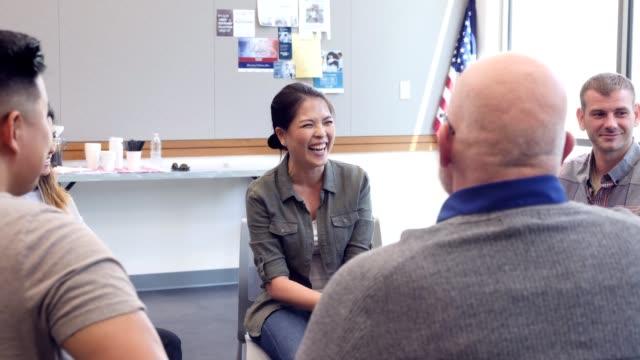 vidéos et rushes de joyeuses entretiens féminins vétéran pendant la réunion de groupe de soutien - centre culturel