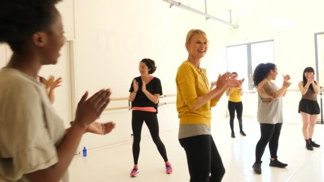 stockvideo's en b-roll-footage met vrolijke vrouwtjes applauweden in dansles - dance studio