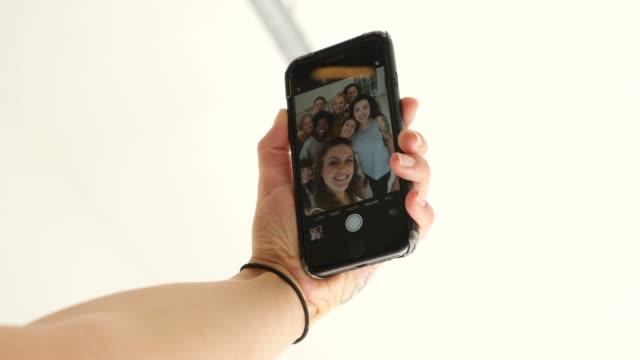 フィットネススタジオで自分撮りを取る陽気な女性 - セルフィー点の映像素材/bロール