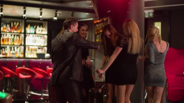 vídeos y material grabado en eventos de stock de amigos alegres bailando en discoteca - anfitriona de la fiesta
