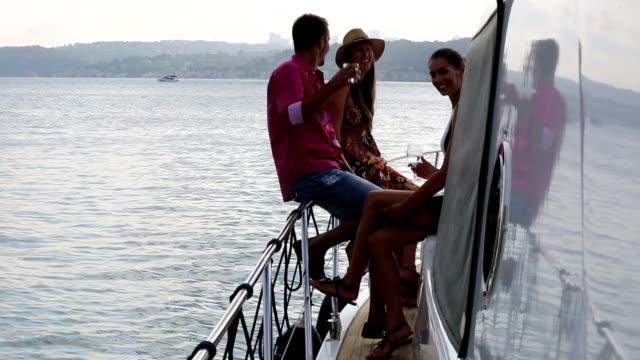 Joyeux amis s'amusant sur un Yacht