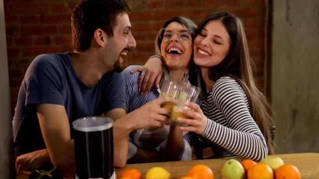 fröhliche freunde machen frucht-smoothie - gesunde ernährung stock-videos und b-roll-filmmaterial