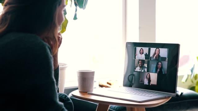 vídeos y material grabado en eventos de stock de amigos alegres se encuentran virtualmente durante la cuarentena de coronavirus - evento virtual