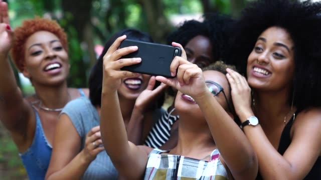 vídeos y material grabado en eventos de stock de alegres amigos tomando autofoto - cabo verde