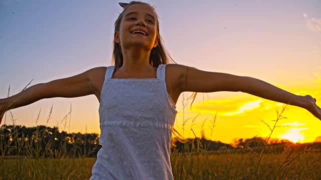 vidéos et rushes de slo missouri joyeuse fille course dans une prairie - seulement des enfants