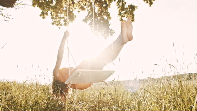 SLO, MO, fröhliche Mädchen Schaukeln auf einer Baumschaukel