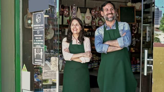 vidéos et rushes de les commerçants gourmets joyeux ouvrent pour des affaires - saluer de la main