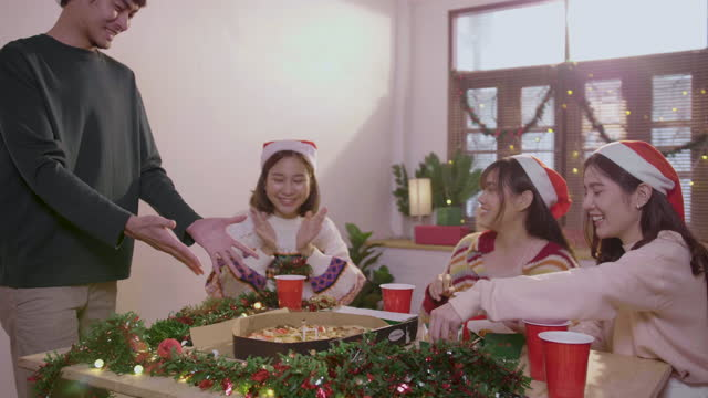 stockvideo's en b-roll-footage met vrolijke groep vrienden die thuis bij de vieringen babbelt en eet. - cadeau