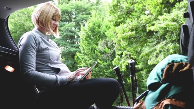 cheerful hiker with digital tablet - attrezzatura sportiva video stock e b–roll