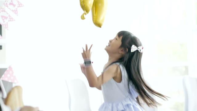 vídeos y material grabado en eventos de stock de niños alegres de salto - miembro humano