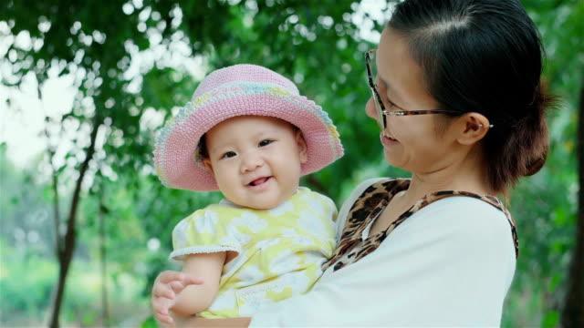 vídeos de stock e filmes b-roll de cheerful little asian baby girl and her mother - 6 11 meses