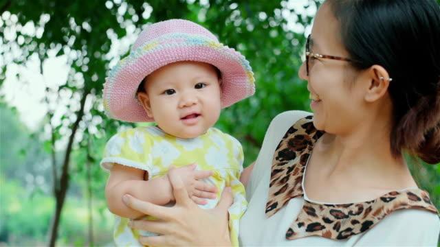 fröhliche kleine asiatin baby und mutter - 6 11 monate stock-videos und b-roll-filmmaterial