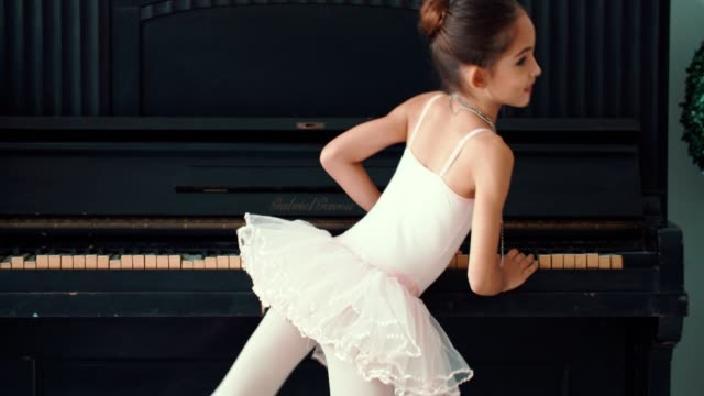 vidéos et rushes de petite ballerine gaie - danse classique