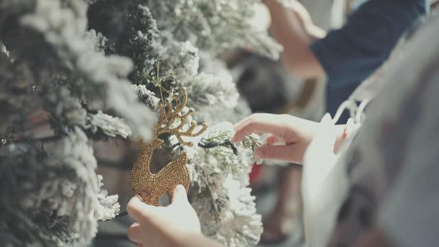 glad liten flicka dekorera julgran - 6 7 years bildbanksvideor och videomaterial från bakom kulisserna