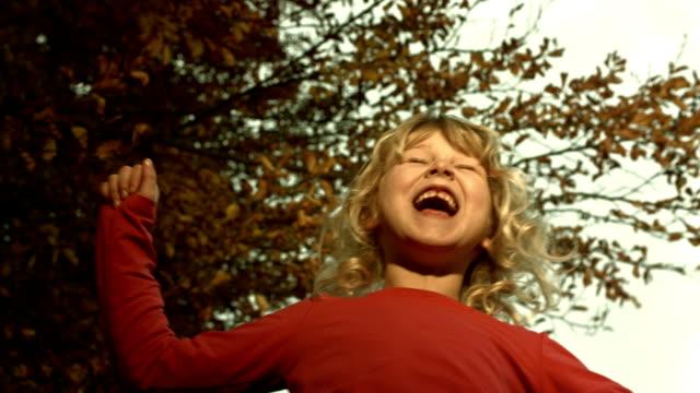 hd: fröhliches kleines mädchen unter dem weihnachtsbaum - ein mädchen allein stock-videos und b-roll-filmmaterial