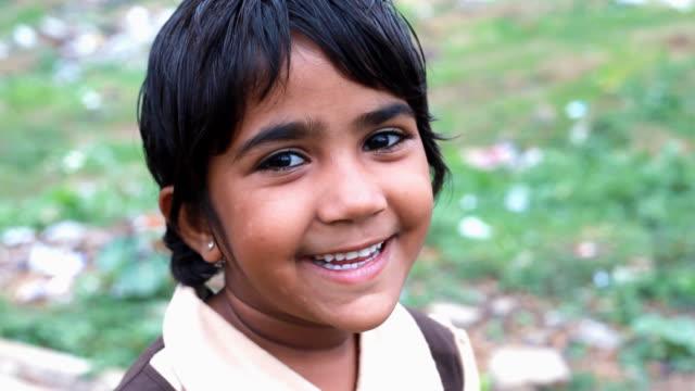 vidéos et rushes de joyeuse petite fille indian - main au menton